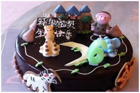 蛋糕,特别的可爱,外层是硬巧克力,上面有好多动物,小孩子就喜欢这样的