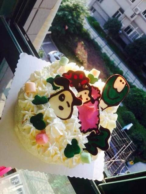 就订了一个很称心的蛋糕哦,传统的水果奶油口味的呢,要得小动物的卡通