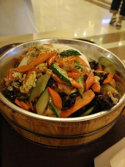 地三鲜木桶饭,土豆,茄子和青椒都是提前炸制了,都是微焦,青椒脆脆的